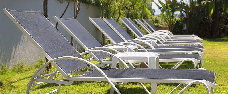 Chaise-lounge della spiaggia, chaise-lounge del sole fotografie stock