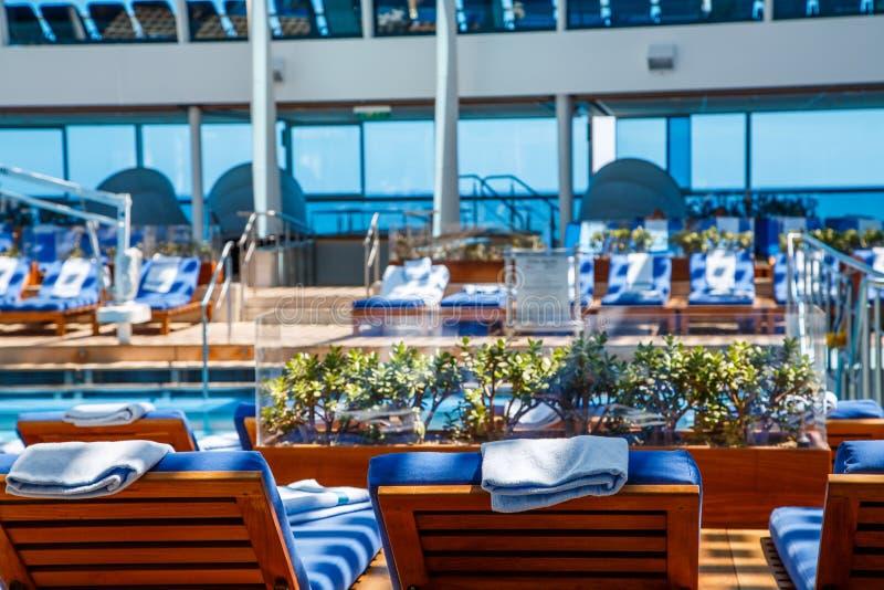 Chaise Lounges i den Spa pölen royaltyfri foto