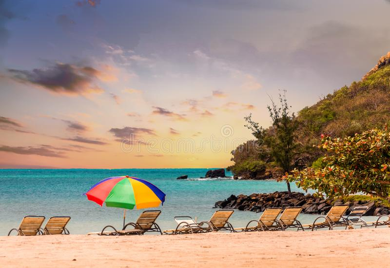 Chaise Lounges och strandparaply fotografering för bildbyråer