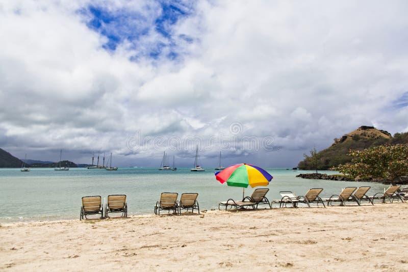 Chaise Lounges och strandparaply arkivbilder