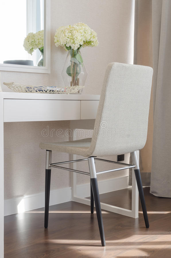 chaise moderne avec la coiffeuse image stock image du