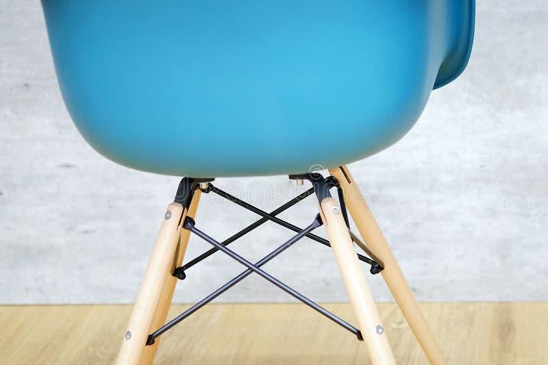Chaise moderne de concepteur de chaise bleue de couleur photographie stock libre de droits