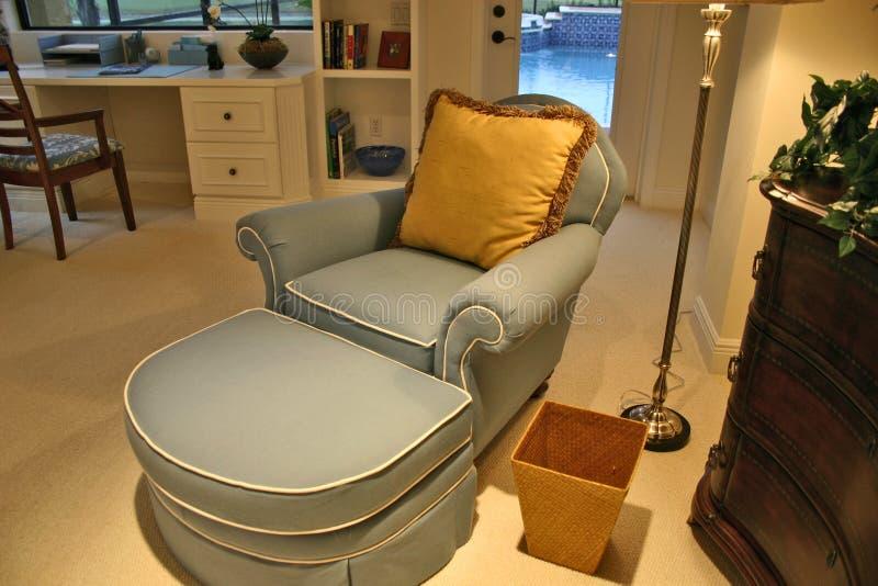 Chaise no escritório do quarto imagens de stock