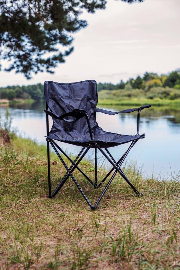 Chaise pliante de touristes pour le repos et pêche dans une hausse photographie stock libre de droits