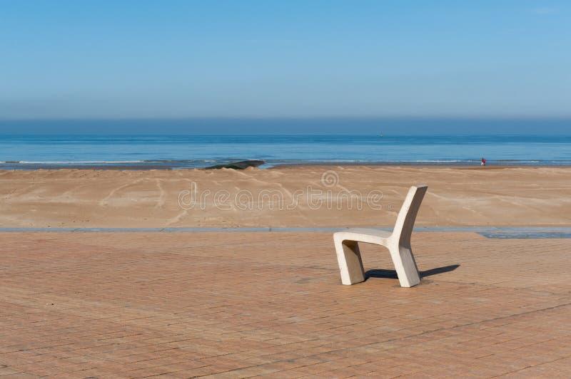 Chaise près de la plage images libres de droits