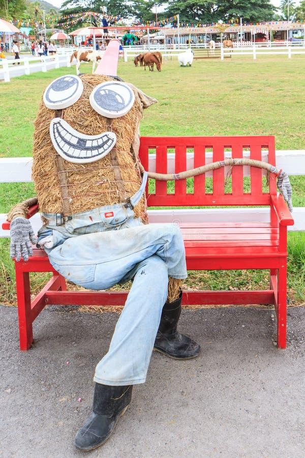 Chaise rouge avec l'épouvantail photo stock