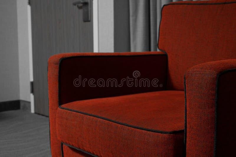 Chaise rouge avec le fond noir et blanc photographie stock
