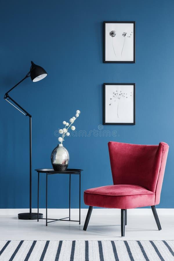 Chaise rouge dans l'intérieur bleu photos libres de droits