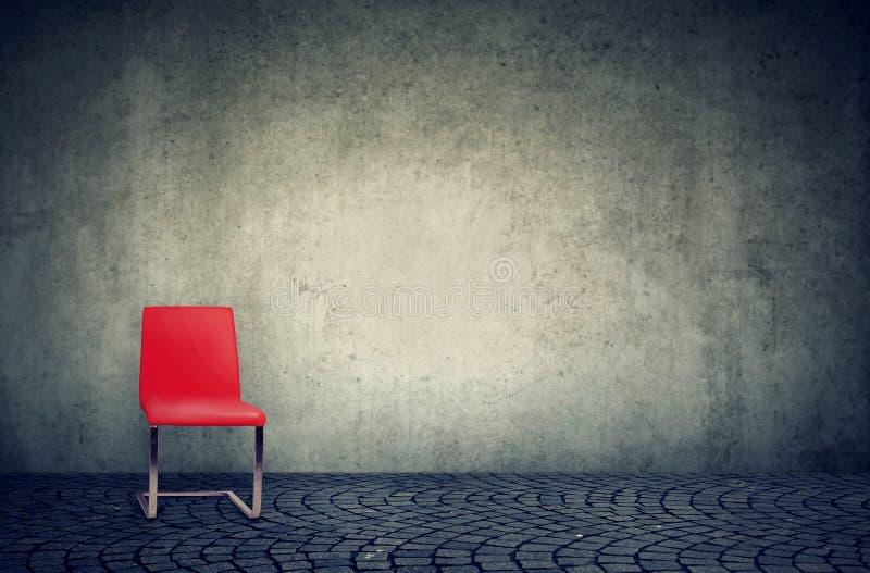 Chaise rouge dans le bureau vide de style minimaliste de grenier images stock