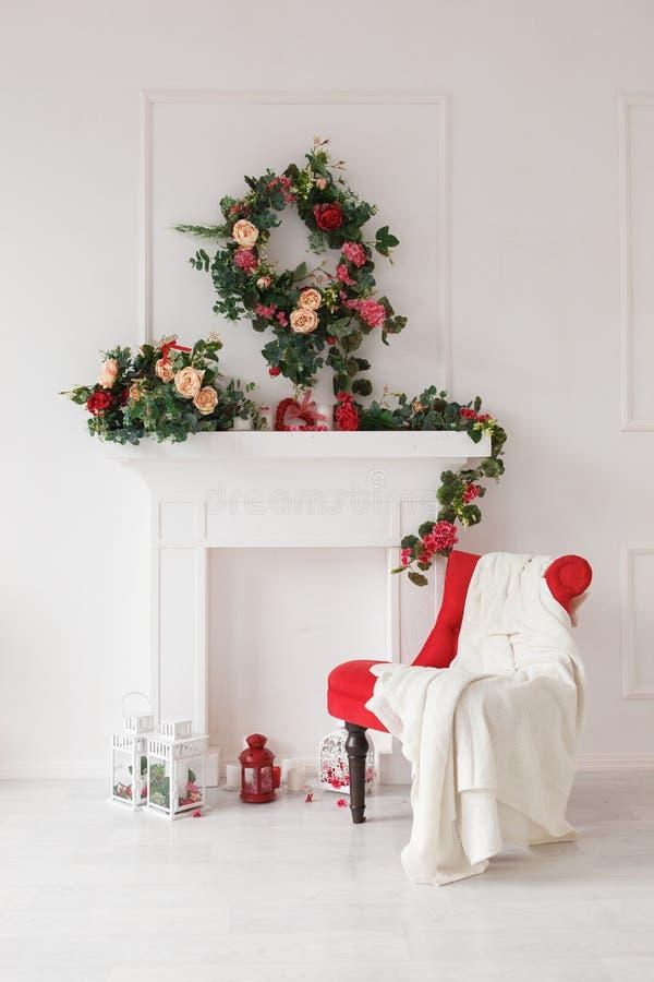 Chaise rouge et cheminée blanche photographie stock