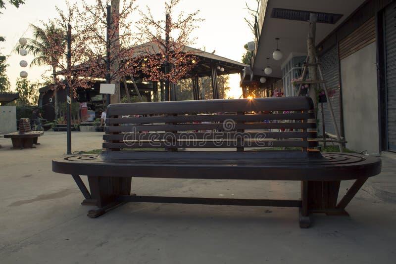 Chaise simple en parc public photo stock