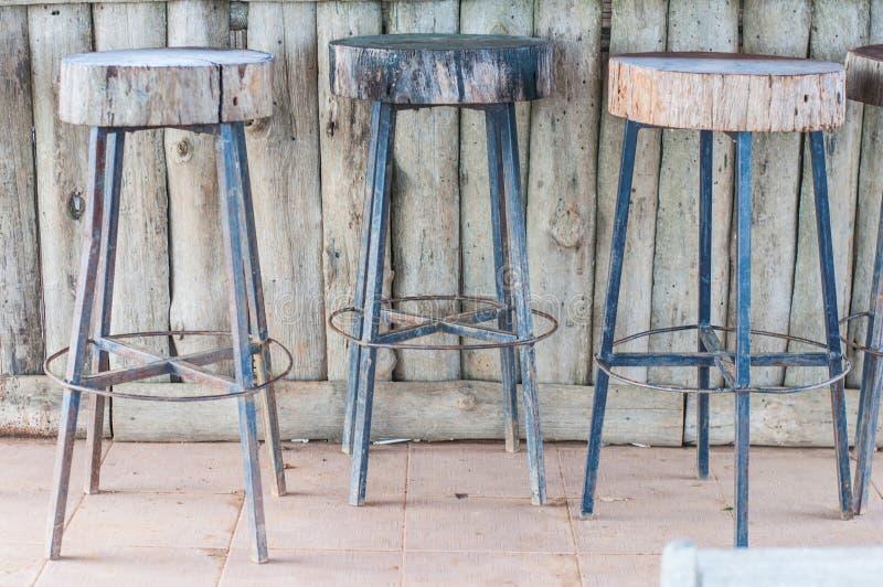 Chaise simpliste de barre de jambes en acier en bois photo libre de droits