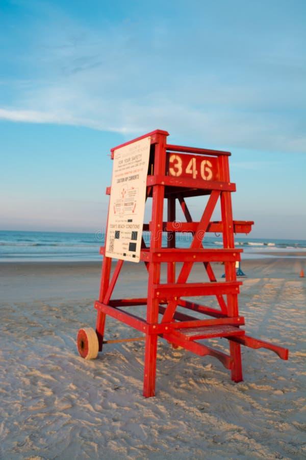 Chaise vide de maître nageur dans Daytona Beach photographie stock libre de droits