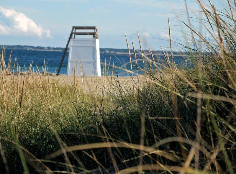 Chaise vide de maître nageur sur la plage photographie stock libre de droits