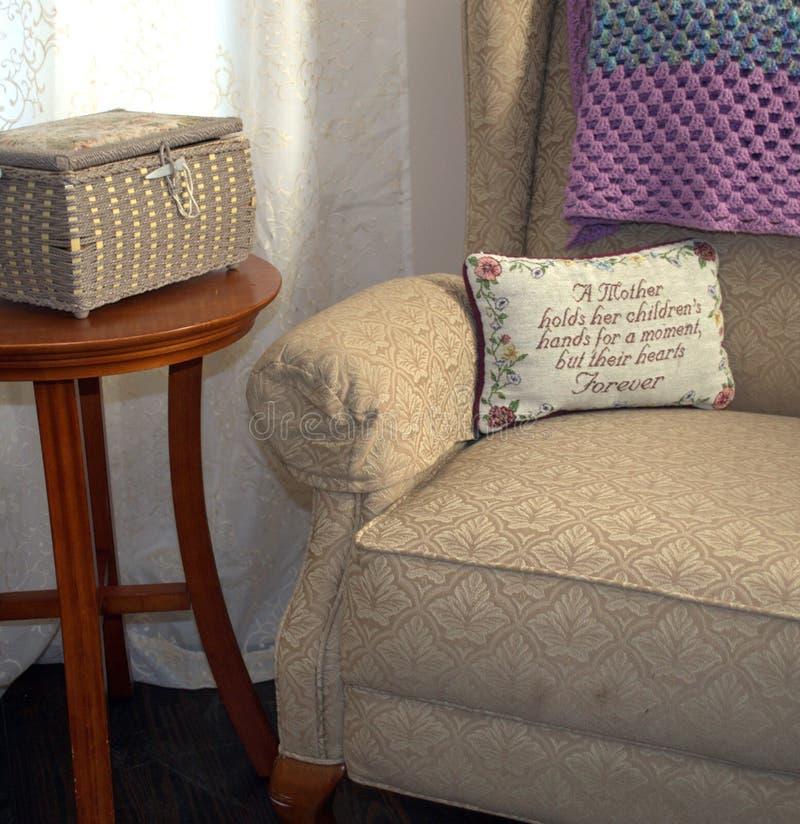 Chaise vide du ` s de maman Un peson spécial s'est reposé ici par le passé photographie stock libre de droits