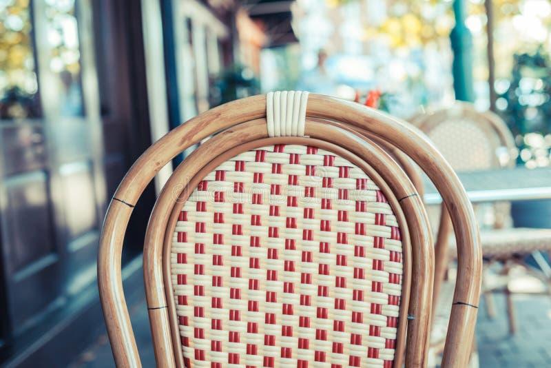 Chaise vide en dehors d'un café images stock