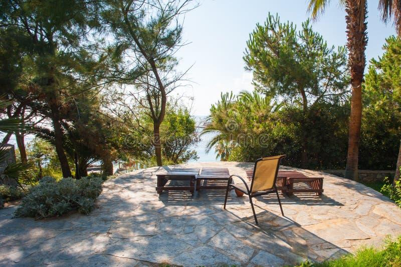 Chaise zitkamer in de zon, beschikbare ruimte in de zon, rust in de zon royalty-vrije stock afbeelding