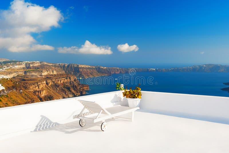 Chaise zitkamer op het terras die het overzees overzien royalty-vrije stock fotografie