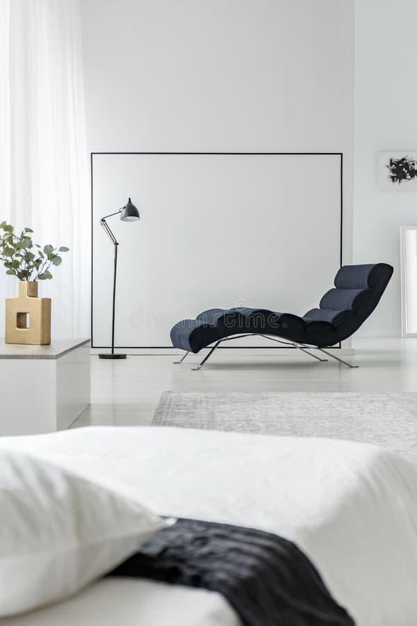 Chaise zitkamer op lege muur royalty-vrije stock fotografie