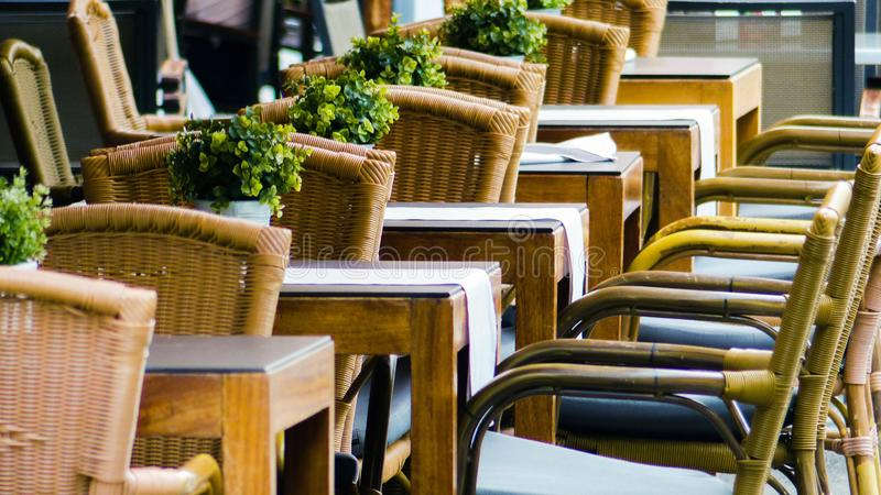 Chaises alignées dans le restaurant extérieur images stock