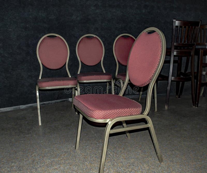 Chaises avec la tapisserie d'ameublement de Bourgogne sur un fond foncé photos stock