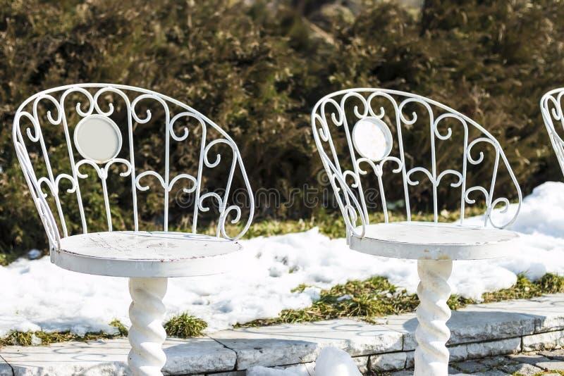 Chaises blanches en parc image libre de droits