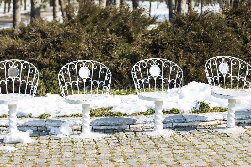 Chaises blanches en parc photographie stock libre de droits