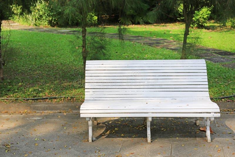 Chaises blanches en parc public images stock