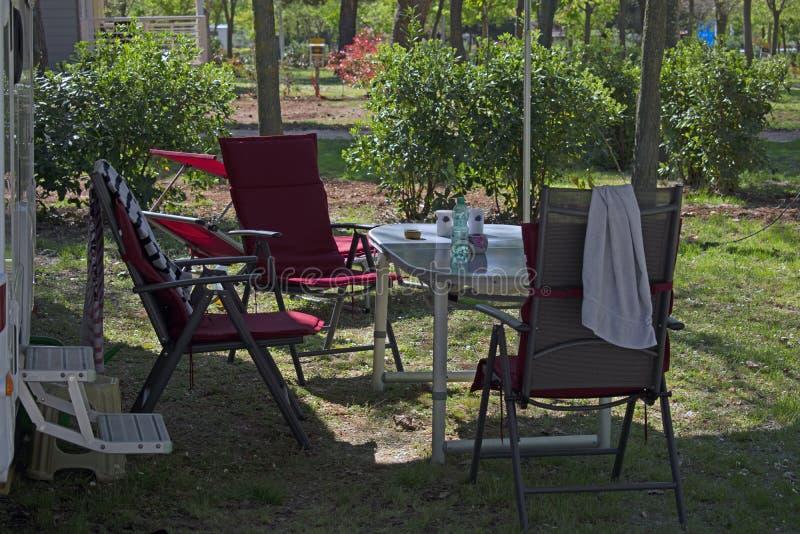 Chaises campantes et table photos stock