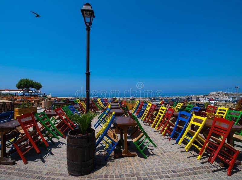 Chaises colorées de Crète image libre de droits