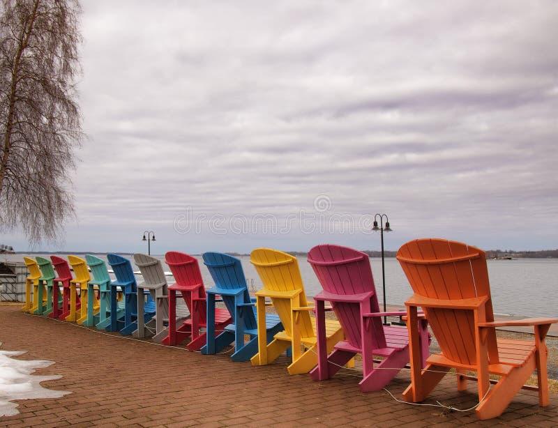 Chaises d'Adirondack sur le rivage du saint Lawrence River image stock