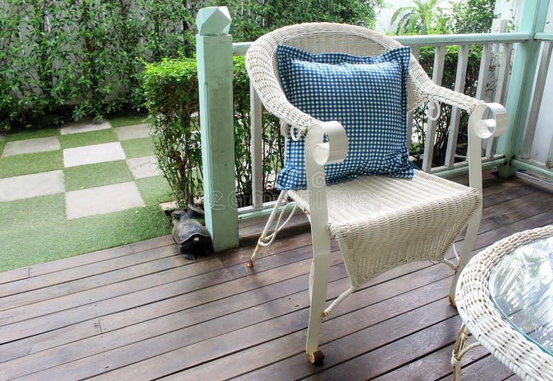 Chaises d'osier ou de canne Chaise de rotin réglée dans le jardin vivant extérieur photographie stock libre de droits