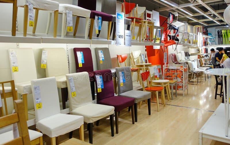 chaises dans le magasin de meubles photographie ditorial image du indoors moderne 55298387. Black Bedroom Furniture Sets. Home Design Ideas