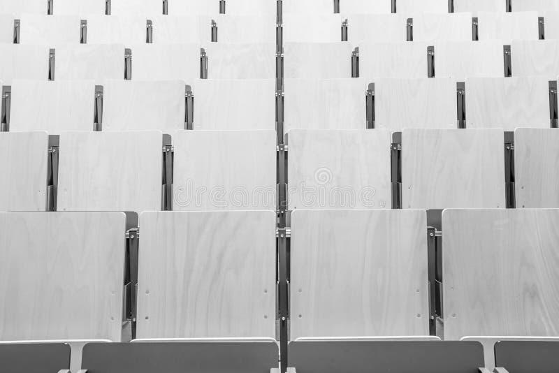 Chaises dans un amphithéâtre images libres de droits
