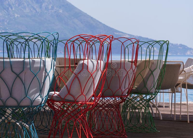 Chaises dans un restaurant sur la plage images stock
