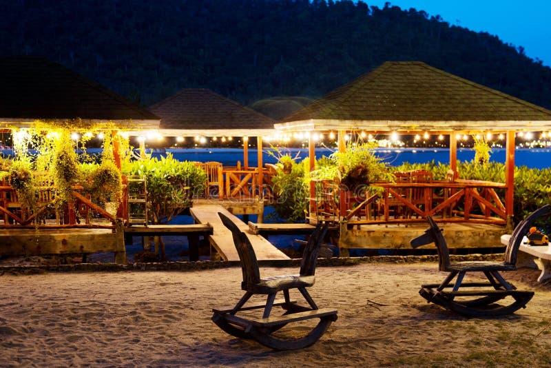 Chaises de basculage en bois du ` s d'enfants sur la plage photos stock