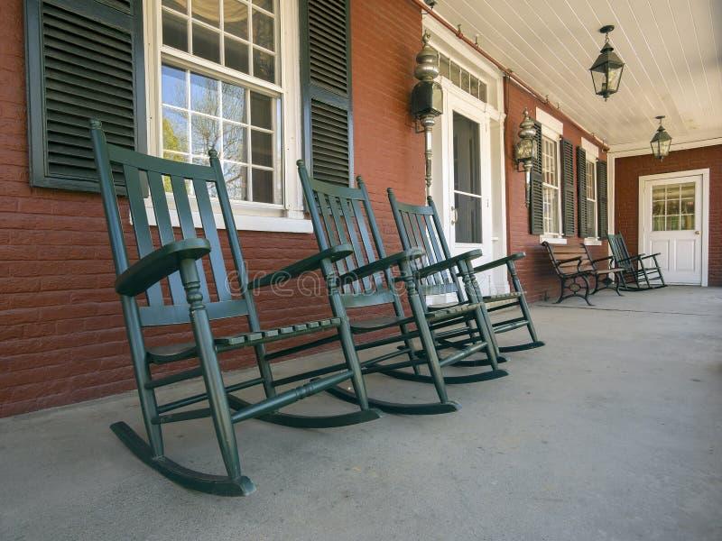Chaises de basculage sur le porche photographie stock