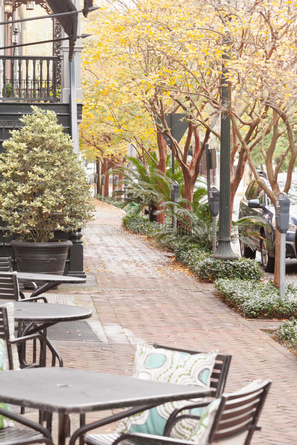 Chaises de café sur la savane historique GA USA de trottoir image libre de droits