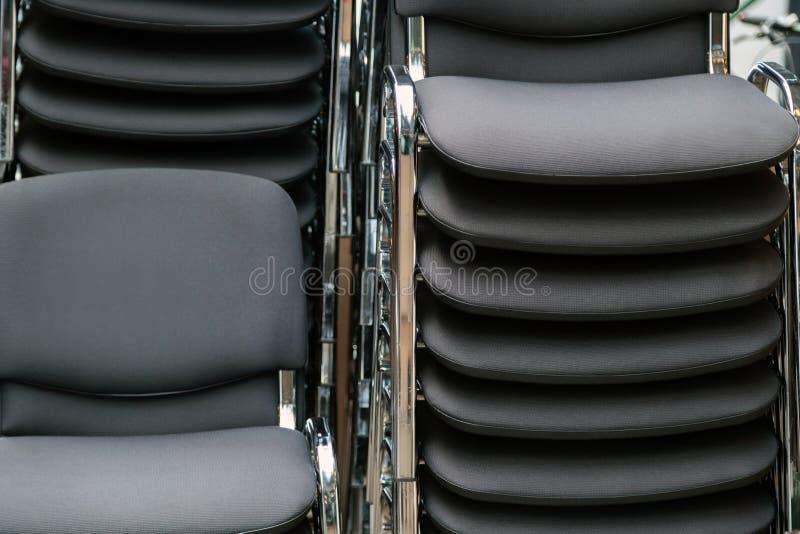 Chaises de cuir et en métal empilées sur l'un l'autre dans le mee photos libres de droits