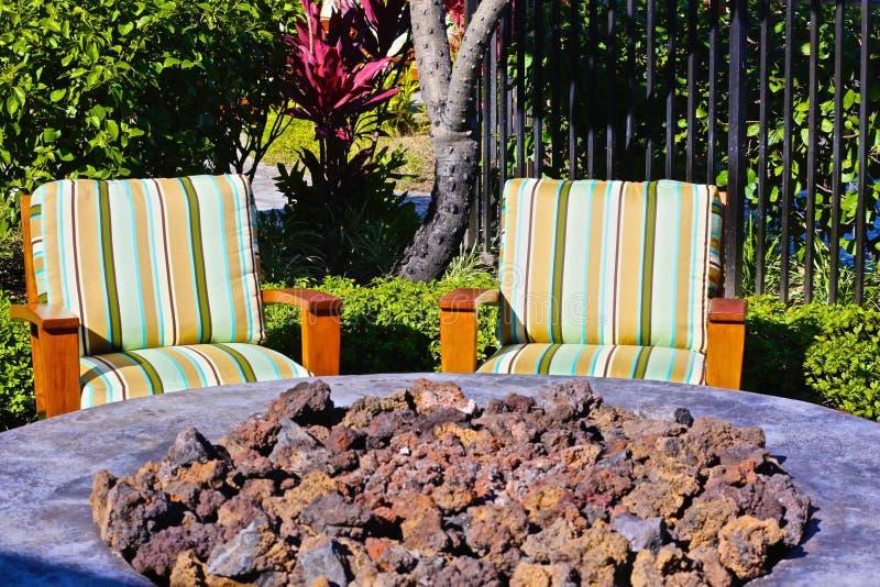 Chaises de patio de coussin de mine du feu photos stock