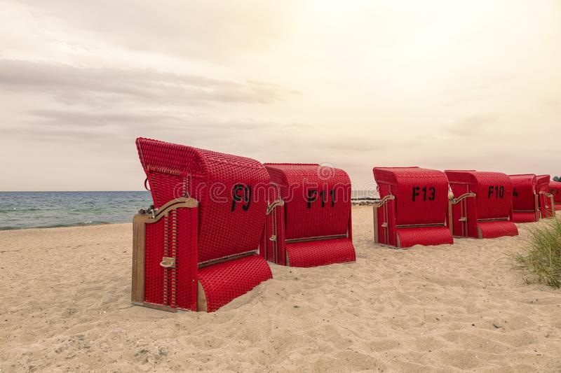 Chaises de plage à capuchon rouges à la côte de mer baltique photos libres de droits