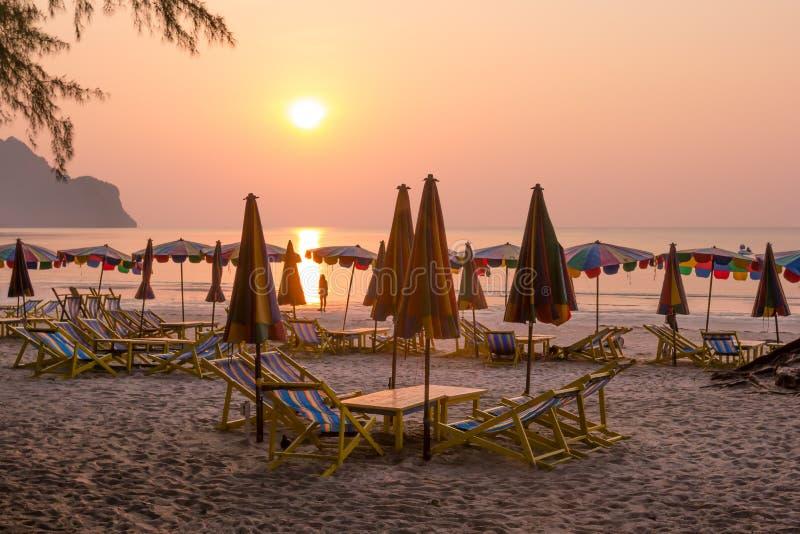 Chaises de plage avec le coucher du soleil d'or photo libre de droits