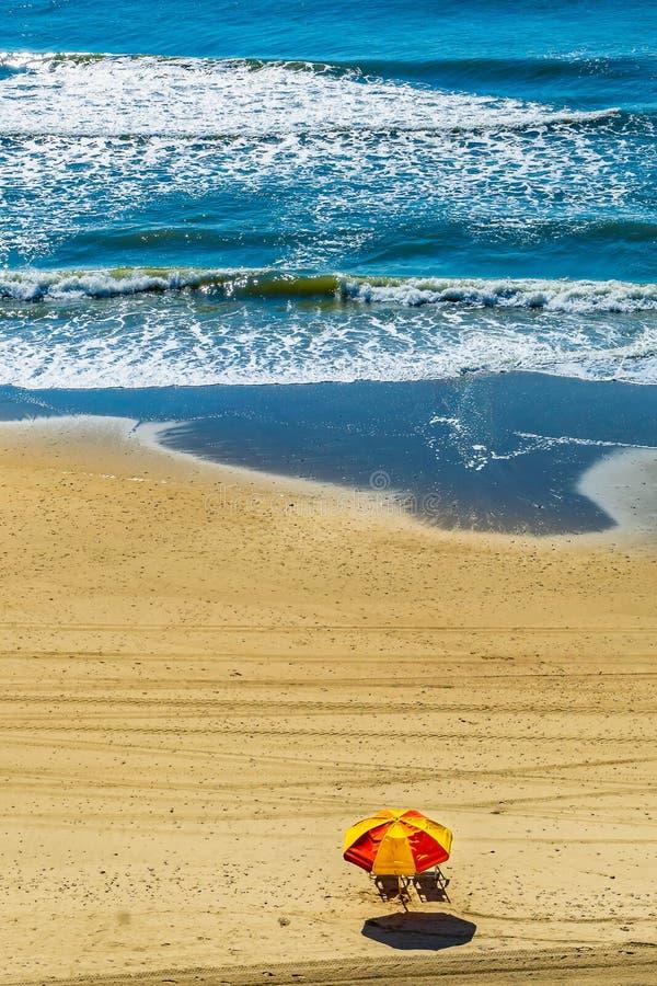 Chaises de plage du front de mer du parapluie de soleil de Myrtle Beach deux Myrtle Beach South Carolina photographie stock libre de droits