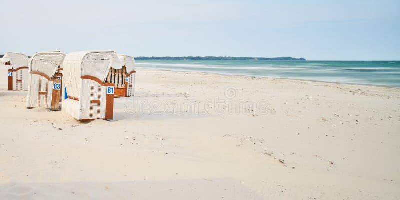 Chaises de plage en bois, île de Rugen, Allemagne photos libres de droits