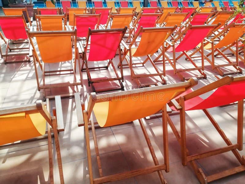 Chaises de plate-forme dans une rangée image libre de droits
