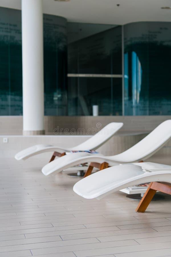 Chaises de plate-forme modernes à l'hôtel de luxe Piscine privée pour la relaxation, avec le bel intérieur images libres de droits