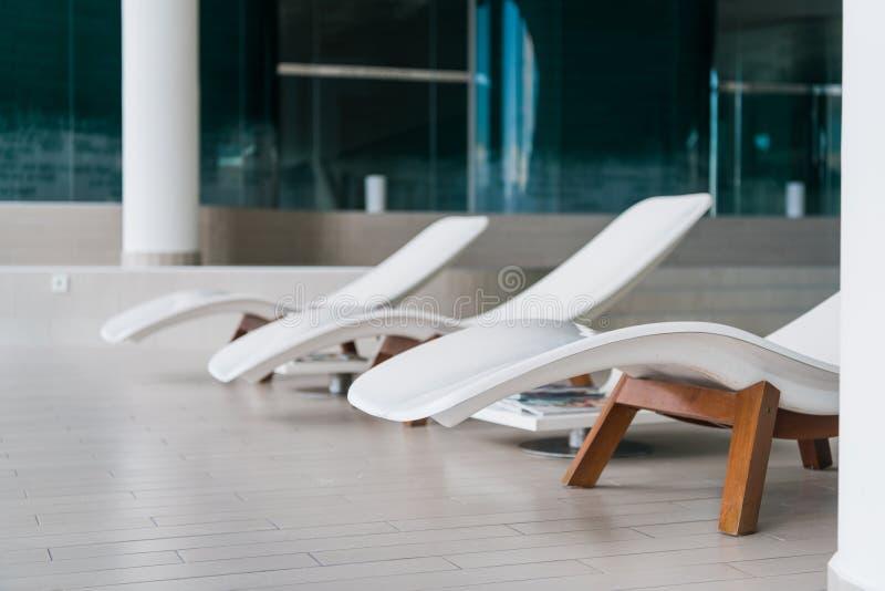 Chaises de plate-forme modernes à l'hôtel de luxe Piscine privée pour la relaxation, avec le bel intérieur photographie stock