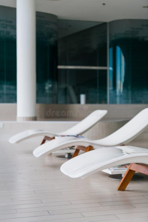 Chaises de plate-forme modernes à l'hôtel de luxe Piscine privée pour la relaxation, avec le bel intérieur photos libres de droits
