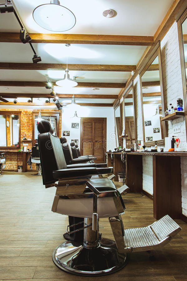 Chaises de vintage dans le raseur-coiffeur images stock