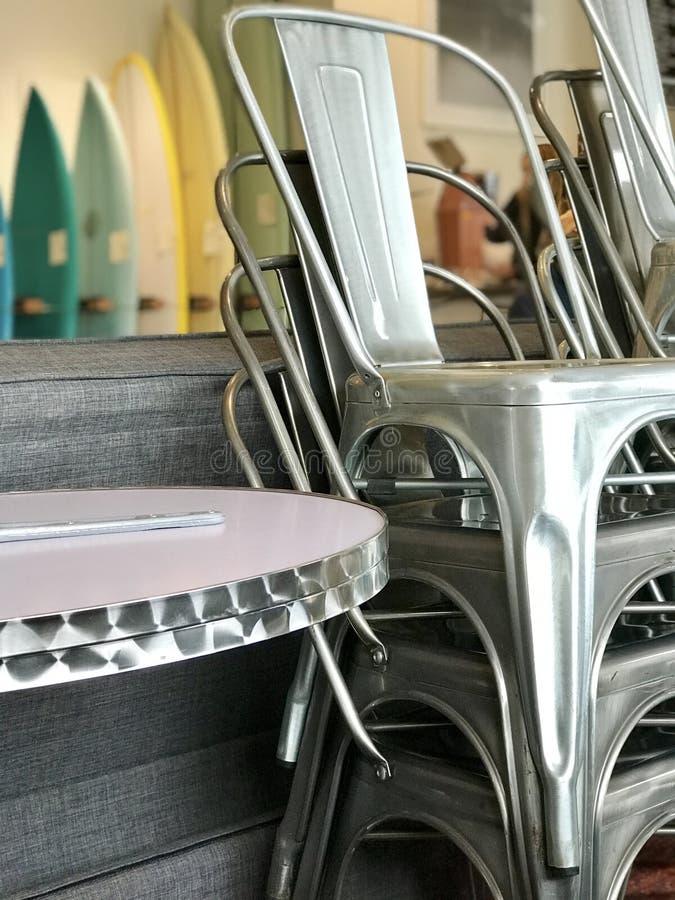Chaises empilées dans un café images libres de droits